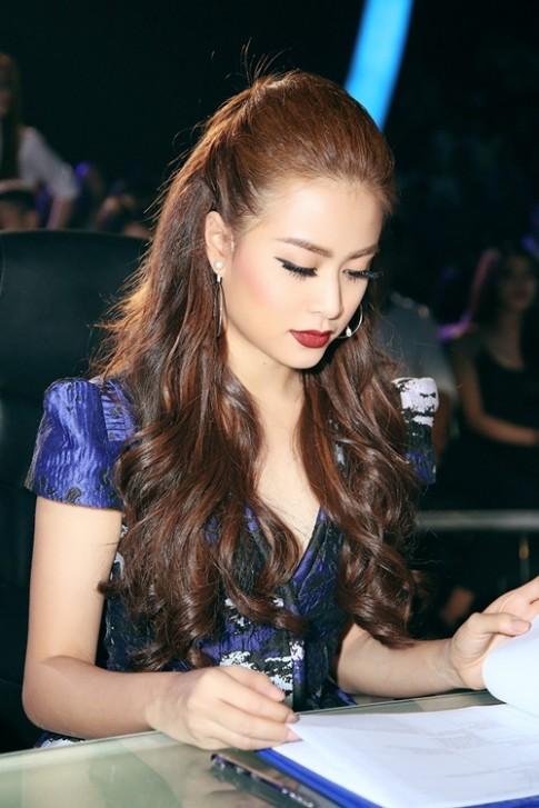 Bị nhắc khéo đến bạn trai siêu mẫu, Hoàng Thùy Linh bối rối