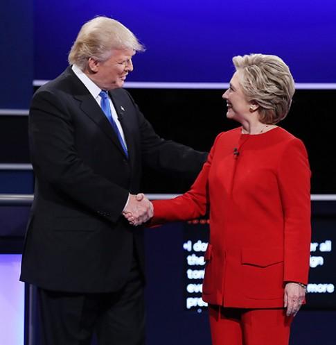 Bộ âu phục đỏ của bà Hillary Clinton đang được khen nhất lúc này!