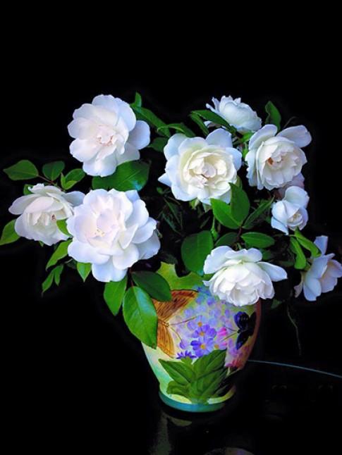 Các bình hoa cắm từ cây nhà lá vườn của chị Lynn Lê