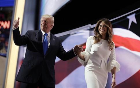 Cách nhau 25 tuổi, vợ chồng TT Donald Trump vẫn là cặp đôi thời trang ăn ý