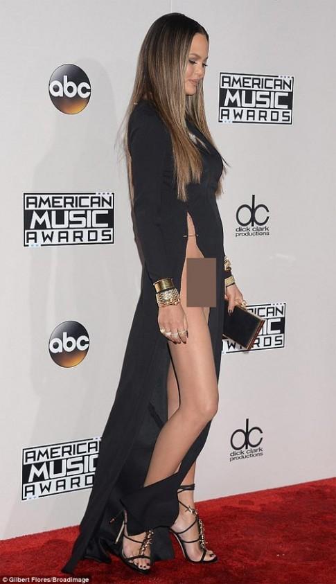 Chân dài Mỹ xin lỗi về sự cố với váy xẻ cao đến bụng
