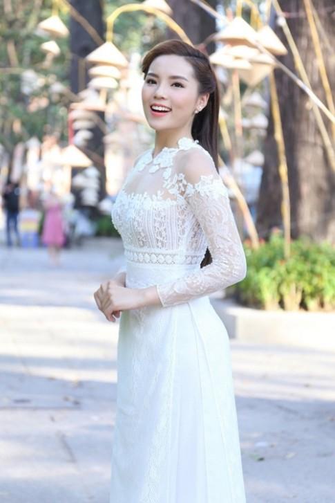 Chẳng cần đồ hiệu, Phạm Hương và Kỳ Duyên vẫn đẹp thoát tục với áo dài trắng