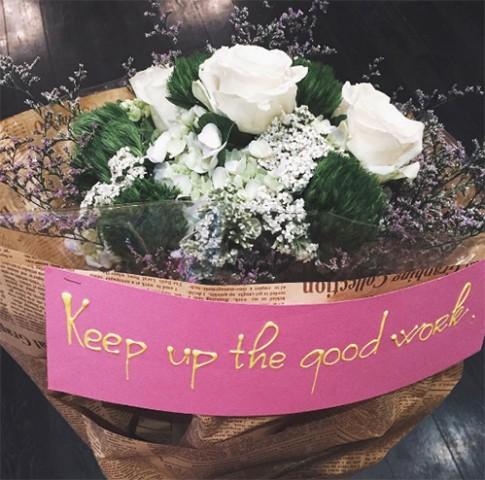 Chồng Tăng Thanh Hà ngọt ngào mua hoa tặng vợ