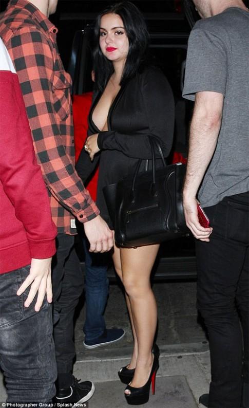 Cô béo đẹp nhất Hollywood mặc đồ ngắn trên hở dưới