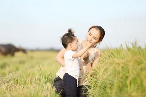 Con trai Diễm Hương ngơ ngác giữa cánh đồng lúa vàng