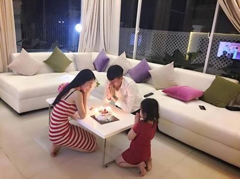 Công Vinh thổi nến sinh nhật bên Thủy Tiên và con gái sau khi giã từ sân cỏ