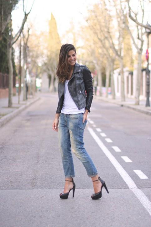 Cùng quần rách gây ấn tượng trên phố đông