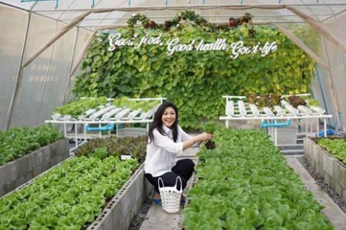 Cựu Thủ tướng Thái Lan tự tay chăm sóc vườn rau