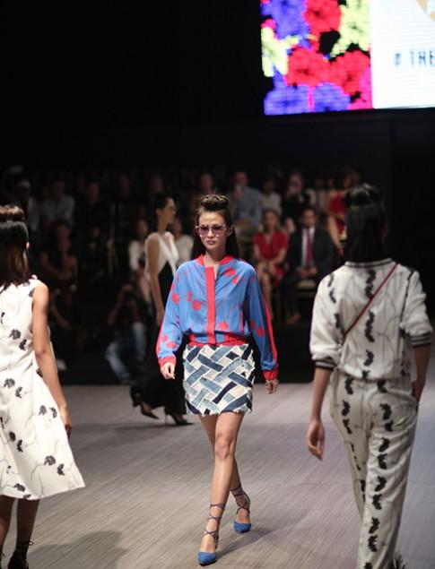 """Dàn mẫu bị cấm diễn """"tung hoành"""" trên sàn diễn Tuần lễ Nhà thiết kế thời trang"""