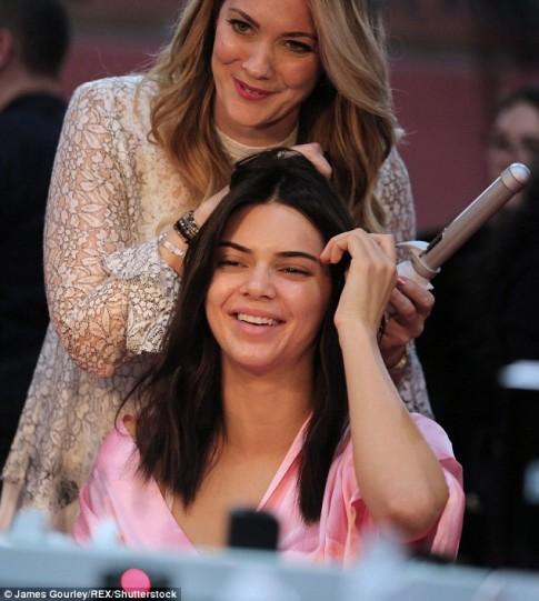 Dàn mẫu tất bật trang điểm, làm tóc chuẩn bị tỏa sáng tại Victoria's Secret Show