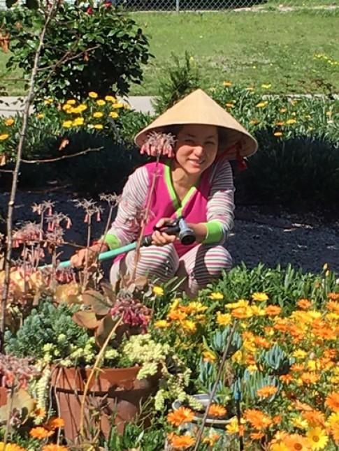 Danh hài Thúy Nga đội nắng chăm sóc vườn hoa