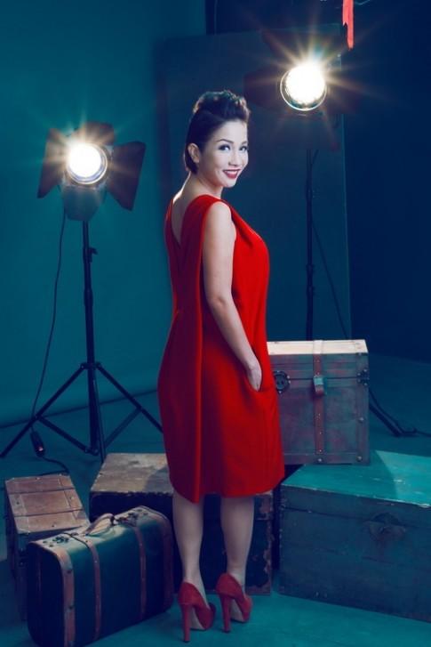 Diva Mỹ Linh U40 lộng lẫy với hai màu đỏ đen