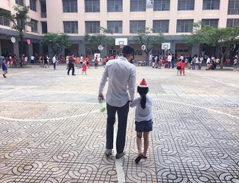 Giã từ sân cỏ, Công Vinh có nhiều thời gian đưa con gái đến trường