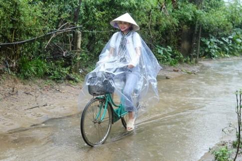 HH Pham Huong chay xe dap cho cu gia trong con mua tai Ha Tinh