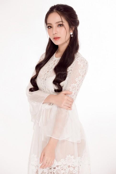 Hoa hậu Áo dài Biển Dương Kim Ánh đẹp hút hồn với váy trắng tinh khiết.