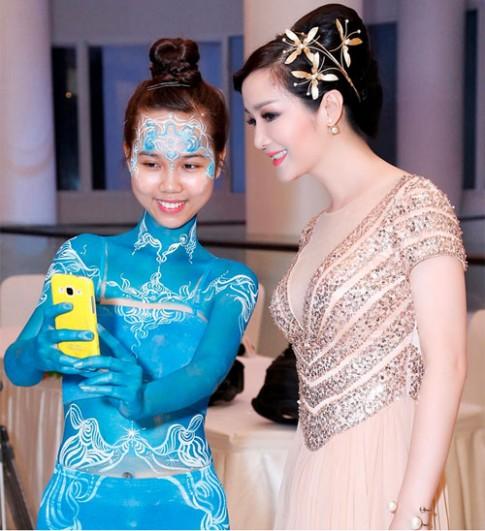 Hoa hậu Giáng My đẹp lộng lẫy đi chấm thi