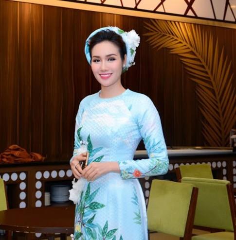 Hoa hậu Kim Nguyễn đẹp nền nã đi chấm thi Bán kết Hoa khôi Xứ Dừa 2016