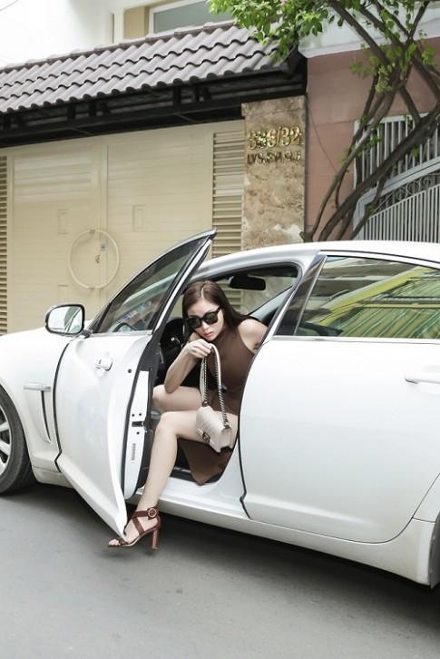 Hoa hậu Kỳ Duyên gây sốc với mặt mộc, lái xế sang chảnh