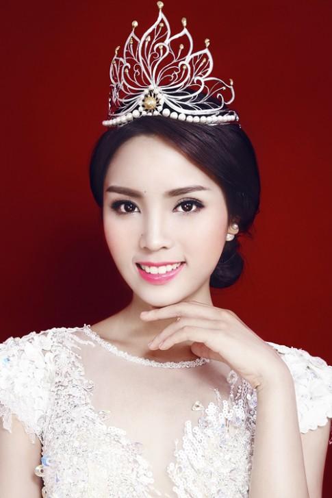 Hoa hậu Kỳ Duyên khoe khéo đường cong với đầm dạ hội