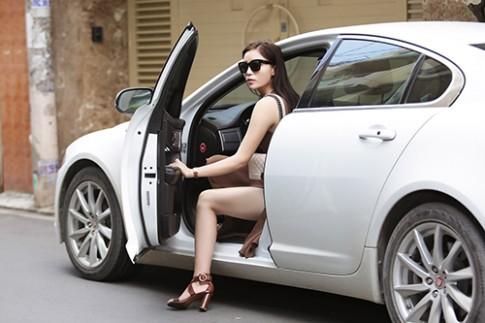 Hoa hậu Kỳ Duyên tự lái xe riêng đi thử váy áo