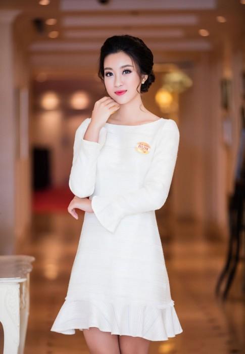 """Hoa hậu Mỹ Linh """"ăn điểm"""" tuyệt đối với lựa chọn tinh giản nhưng đầy thông minh"""