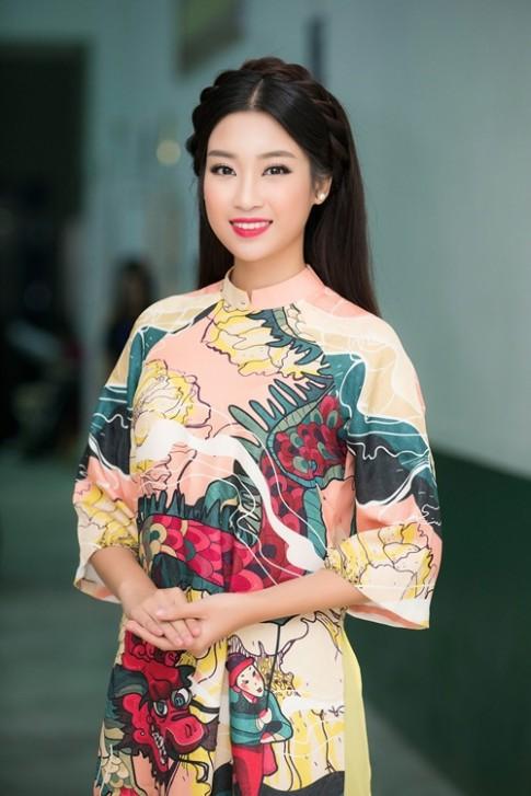 Hoa hậu Mỹ Linh cứ đẹp như tranh vẽ rồi làm lu mờ tất cả