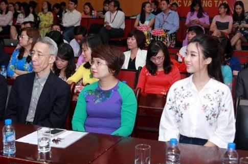 Hoa hậu Mỹ Linh di chuyển như con thoi vẫn đẹp hút mắt