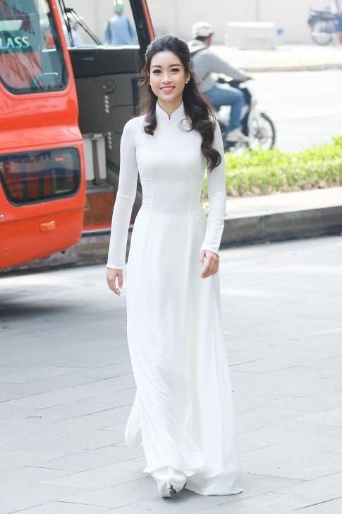 Hoa hậu Mỹ Linh thôi miên mọi ánh nhìn với tà áo dài trắng