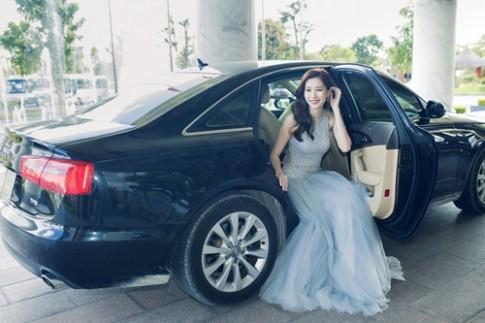 Hoa hậu Thu Thảo ngồi xế hộp sang trọng đến dự sự kiện tại Cần Thơ