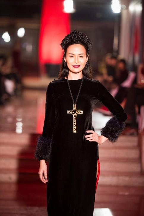 Hoa hậu Thu Thủy môi thâm lạ lẫm ở tuổi 40
