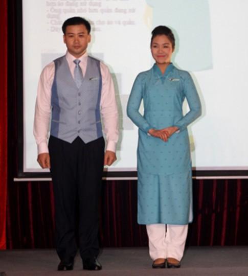Hoa hậu VN khen chê đồng phục mới của Vietnam Airlines