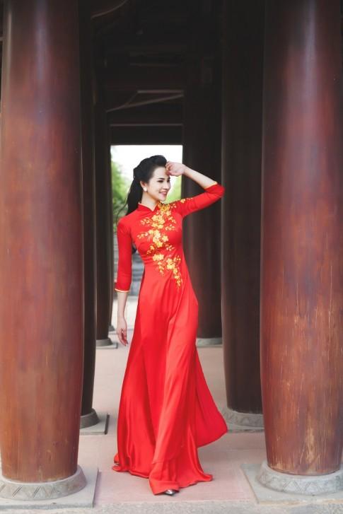 Hoa khôi thời trang eo thon mềm mại với áo dài