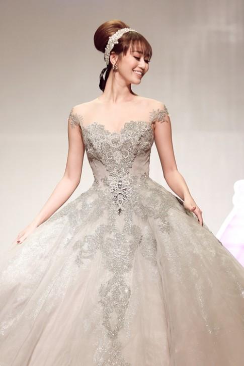 Khánh My lộng lẫy như công chúa, làm vedette trình diễn áo cưới