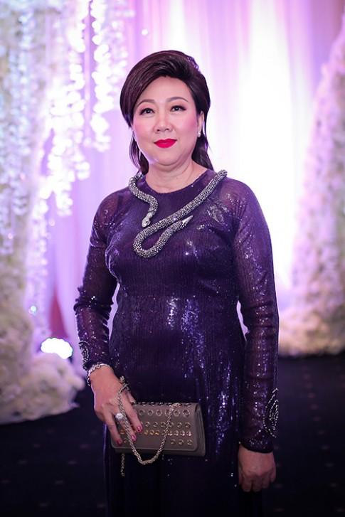 Không chỉ đẹp đằm thắm, mẹ Trấn Thành còn yêu thương con dâu Hari Won hết mực