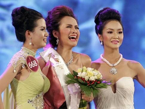 """Không thể nhịn cười vì hình ảnh """"khó đỡ"""" của các hoa hậu khi đăng quang"""