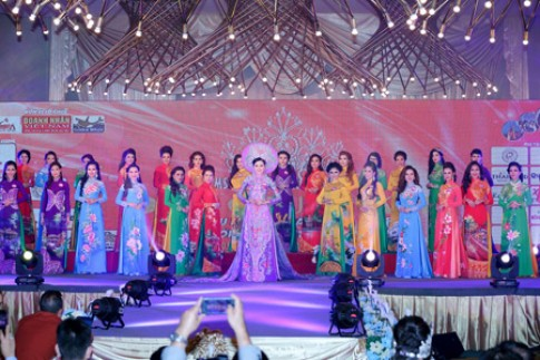 Kim Thoa đăng quang Hoa hậu doanh nhân Thế giới người Việt 2016.