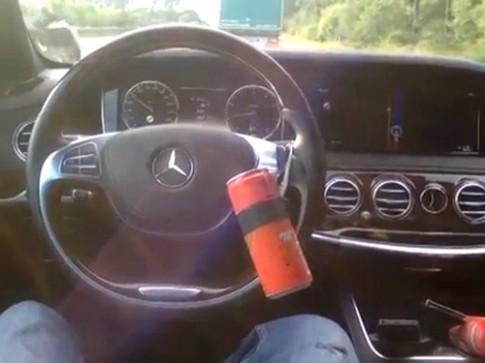 Lái Mercedes S-class bằng lon nước