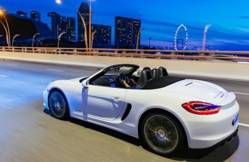 Lái Porsche Boxster trên đường Singapore