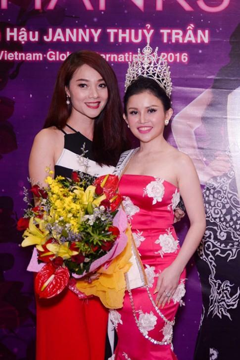 Lần đầu tiên, hai Á hậu cùng tên Hoàng Yến vô tình hội ngộ trong tiệc tri ân