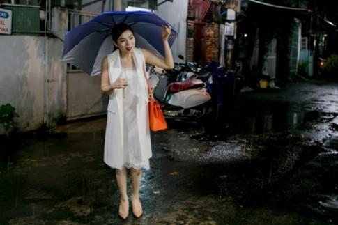 Lệ Quyên đội mưa đi thu âm lúc nửa đêm