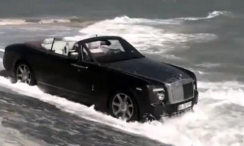 Mang Rolls-Royce xuống biển rửa xe