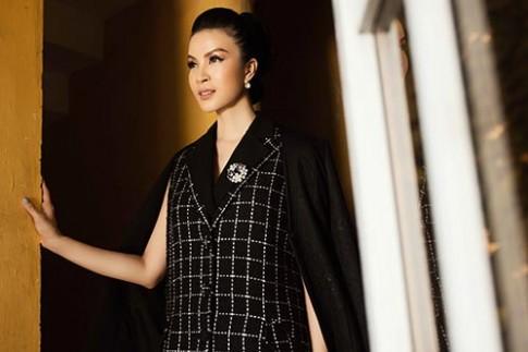 MC Thanh Mai khoe khe ngực sâu hút với vest đen