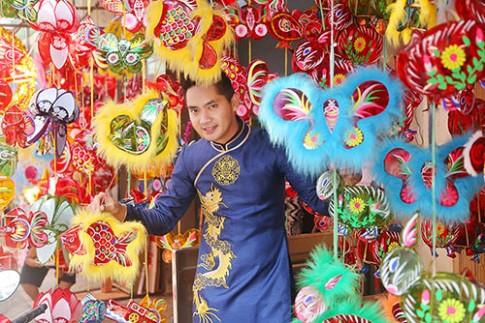 """Minh Luân và dàn sao Việt """"đội mưa"""" diện áo dài, vui chơi trên phố lồng đèn"""
