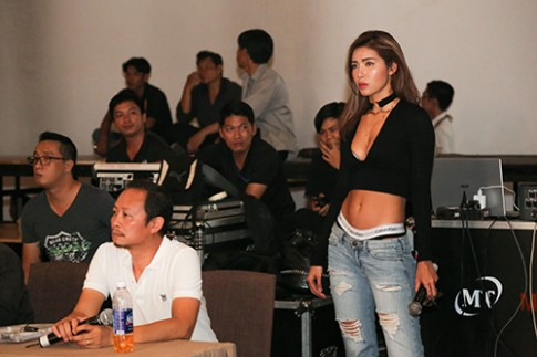 Minh Tú cố tình khoe nội y khi làm đạo diễn catwalk