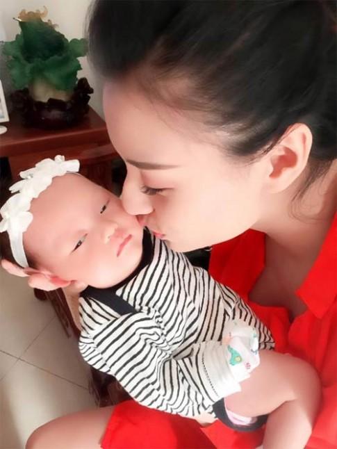 Mới vừa đầy tháng nhưng con gái Hồng Quế đã rất bụ bẫm, đáng yêu