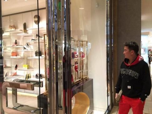 Mr Đàm để mặt mộc đi mua sắm đồ hiệu tiền tỷ tại Mỹ