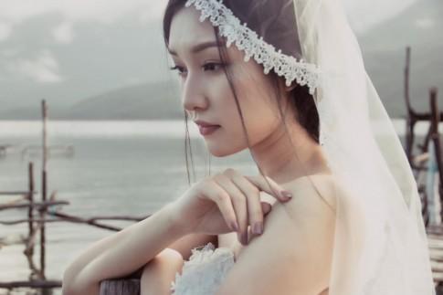 Nàng thơ xứ Huế hoá thân thành cô dâu đơn độc trên biển vắng