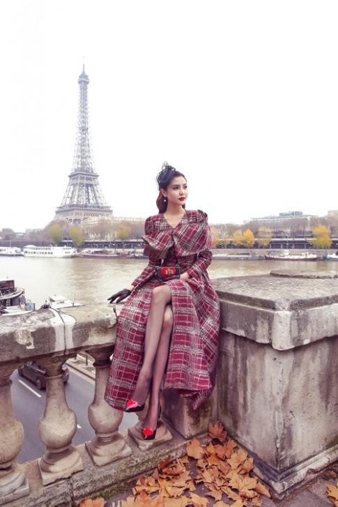 Ngọc Duyên khoe chân thẳng tắp giữa Paris