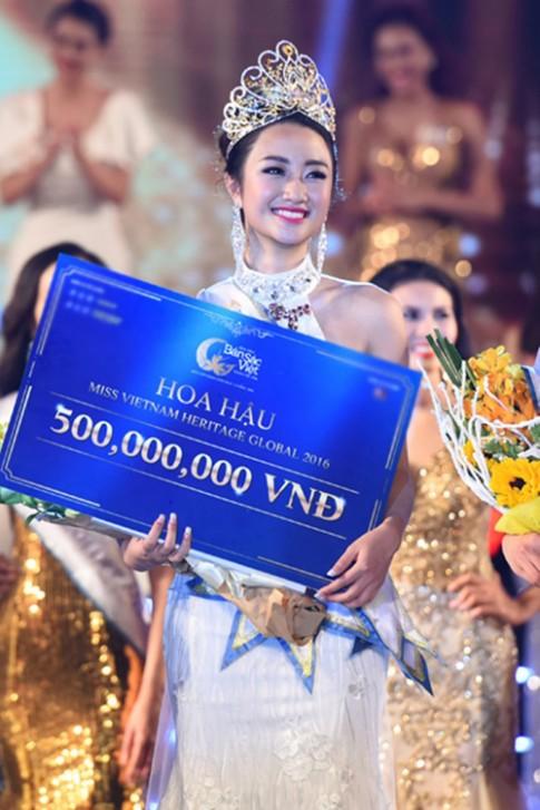 Nhan sắc trẻ đẹp bất ngờ của mẹ ruột tân Hoa hậu Bản sắc Việt