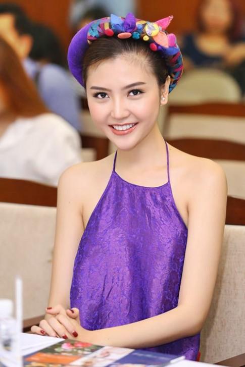 Nữ hoàng sắc đẹp Ngọc Duyên gợi cảm với váy cổ yếm
